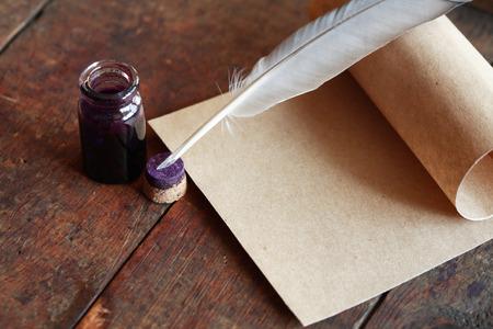 素敵な古い木製のテーブルに紙と羽ペン 写真素材