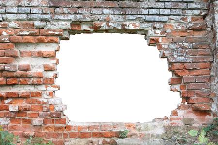 Gat in oude bakstenen muur.