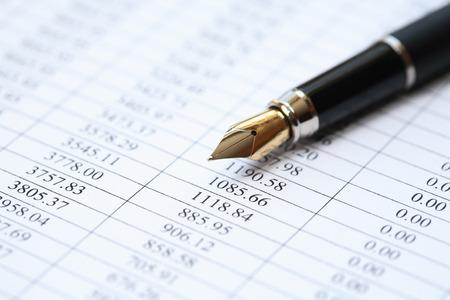 Buchhaltung Konzept. Nahaufnahme Füllfederhalter auf Papier Hintergrund mit Ziffern Standard-Bild