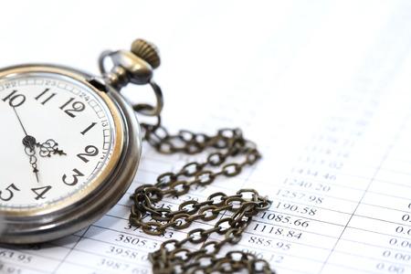 gestion del tiempo: Concepto de negocio. Primer plano de reloj de bolsillo sobre fondo de papel con d�gitos Foto de archivo