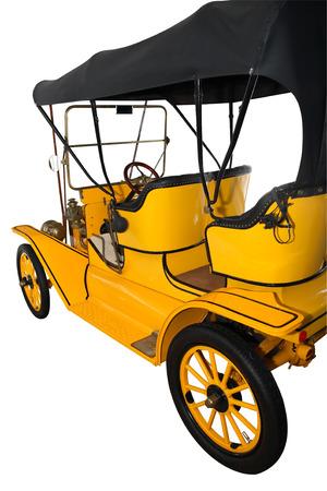 motor de carro: T�CNICA MUSEO, Chernogolovka, Rusia - 15 de marzo 2015: La leyenda de la industria del motor EE.UU.. Modelo T de Ford amarillo aislado en blanco