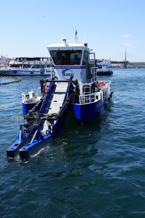 recolector de basura: Istanbul, Turkey � July 7, 2015: Special ship for water scavenging in Golden Horn bay Editorial