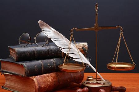 balanza de laboratorio: Justicia o de la ciencia la naturaleza muerta. Cerca de los libros escala de peso de lat�n antiguo y plumas sobre fondo oscuro