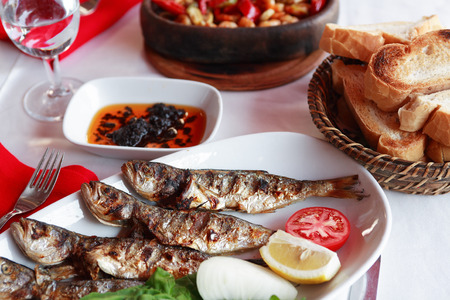 mariscos: Restaurante de cocina mediterr�nea. Placa con pescado y verduras fritas cerca de pan