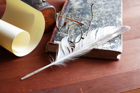 pluma de escribir antigua: Pluma cerca de desplazamiento y otras cosas de �poca Foto de archivo