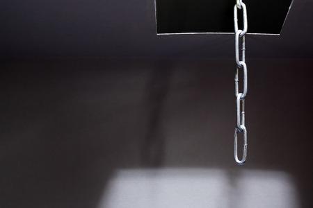 suspenso: Escapar concepto. Cadena de metal en el interior de la escotilla en el techo Foto de archivo