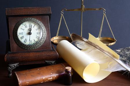 pluma de escribir antigua: Bodeg�n vintage. Reloj de mesa vieja cerca de desplazamiento y otras cosas de �poca