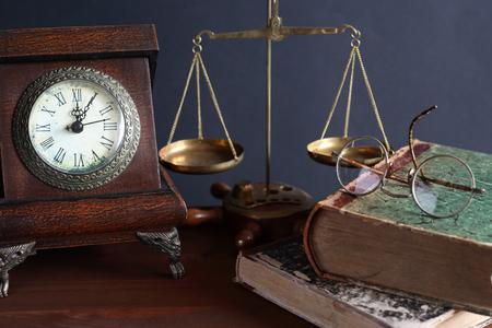 balanza de laboratorio: Todavía vida de la vendimia. reloj de la mesa de edad cerca de los libros y otras cosas de la vendimia