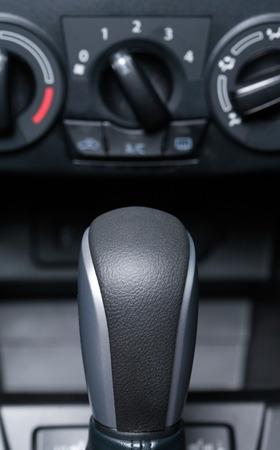 palanca: entre los coches modernos. Primer plano de la palanca de cambios
