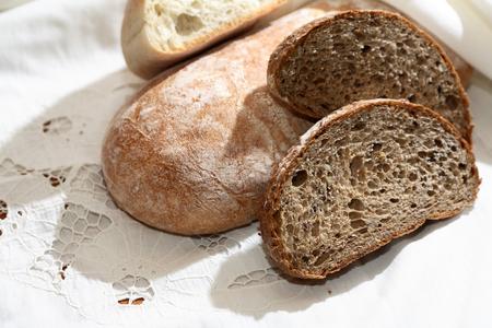 frescura: Granja naturaleza muerta. conjunto pan frescura en el mantel blanco