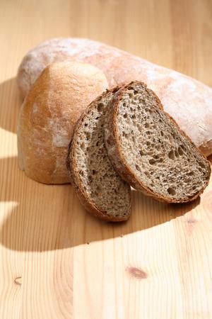frescura: Frescura conjunto de pan en el fondo de madera
