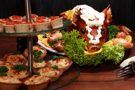 Roast suckling pig decoration with vegetables on big plate