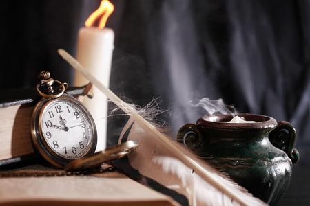 Vintage martwa natura z zapaleniem świecy w pobliżu starych rzeczy