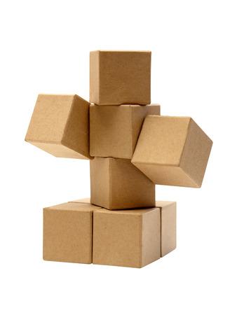 Conjunto de cubos de cartón marrón aislado sobre fondo blanco.