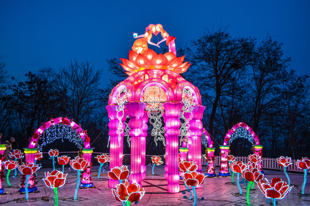 Various bright Chinese small lamps in the park. Garland. An unusual decor for streets and the house. Festive mood. Zdjęcie Seryjne