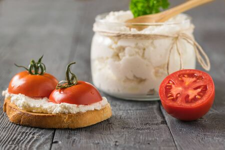 Ripe tomatoes with cottage cheese and fried bread. The concept of a healthy diet. Stockfoto