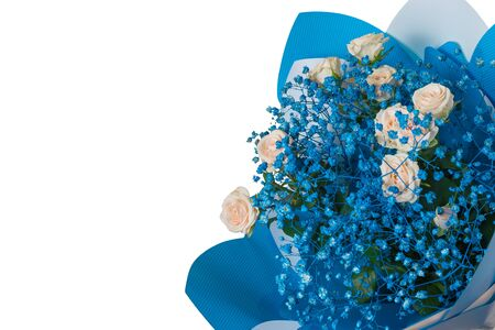 Bouquet with yellow roses and small blue flowers isolated on a white background. A gift for a woman. Festive mood. 免版税图像