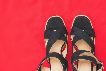 The tips of black women's fashionable shoes on a background of red fabric. Fashionable women's shoes. Flat lay. Archivio Fotografico - 129735342