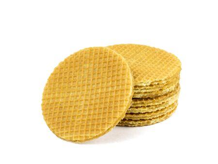 Cialde fresche con crema al caramello isolate su uno sfondo bianco. Torte fresche fatte in casa.