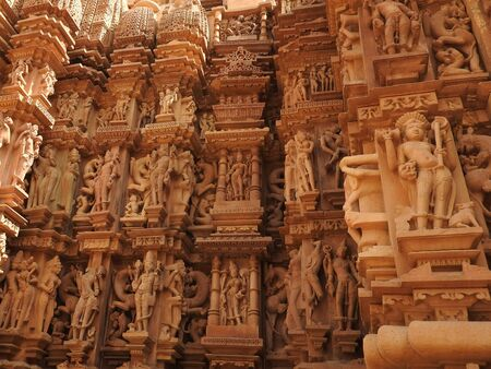 Erotic sculptures and sex poses of man in kajuraho temples, Madhya Pradesh, India. 免版税图像