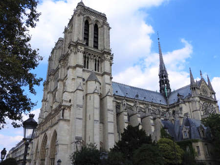 The facade of Notre Dame against the blue sky 免版税图像