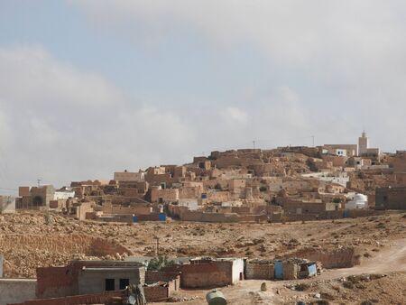 Villaggio berbero Tamezret Gabes provincia moschea deserto caldo del Nord Africa in Tunisia