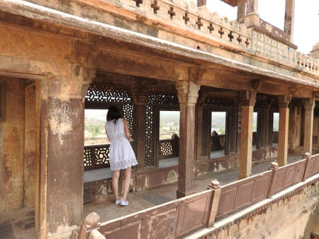 Jehangir woman view from back in dress inside Fort Orchha, Hindu religion, ancient architecture, Orchha, Madhya Pradesh, India 免版税图像