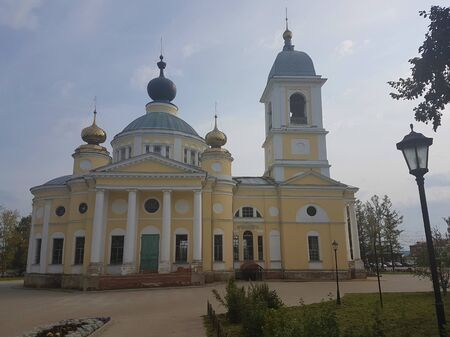 Cathedral of the Assumption of the Blessed Virgin in the ancient Russian city of Myshkin at the beginning of winter Standard-Bild