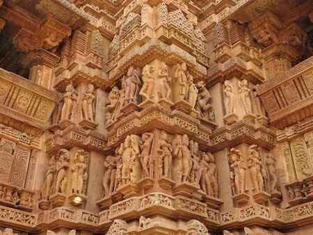 Erotische Skulpturen und Posen des Menschen in Kajuraho-Tempeln, Madhya Pradesh, Indien. Gebaut um 1050