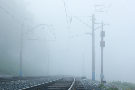 illusory: Ferrocarril ma�ana fog.Fragment. Foto de archivo