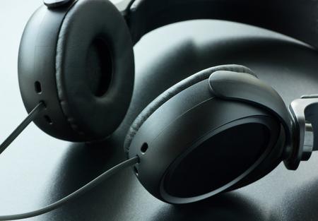 equipo de sonido: auriculares estéreo. Foto de archivo