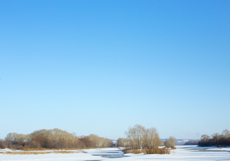 Winter sunny day.Landscape with a river. Standard-Bild