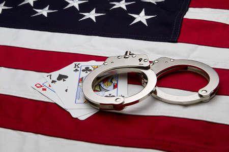 Bandiera degli Stati Uniti con le manette e le carte Archivio Fotografico - 12086503