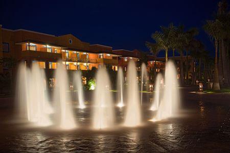 waterleiding: Mexico resort waterwerken en hotel 's nachts Stockfoto