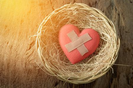 corazon roto: coraz�n herido en la cesta Foto de archivo
