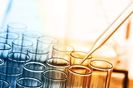 experimento: tubos de ensayo de laboratorio de ciencia Foto de archivo
