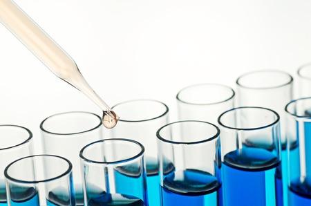 vaso de precipitado: tubos de ensayo de laboratorio de ciencia Foto de archivo