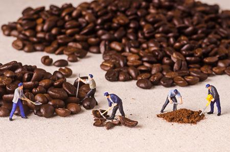 Gente miniatura che lavorano su caffè processo miscela Archivio Fotografico - 42494323