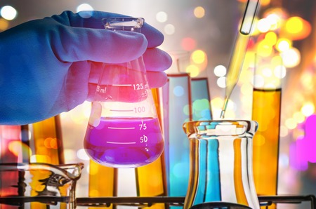Doppelbelichtung des Wissenschaftlers Hand, Labor-Kolben