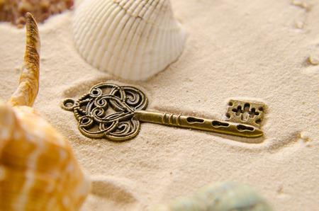 verlorenen Schatz Schlüssel auf Sand Standard-Bild