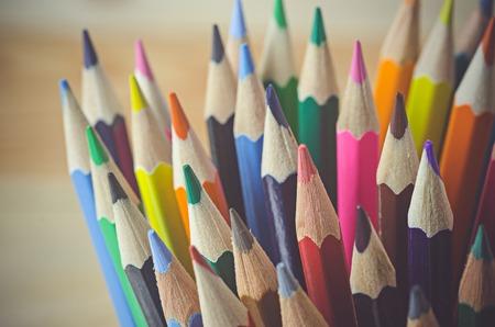 utiles escolares: lápices de colores como fondo