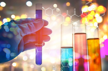 experimento: Doble exposición del científico mano que sostiene matraz de laboratorio