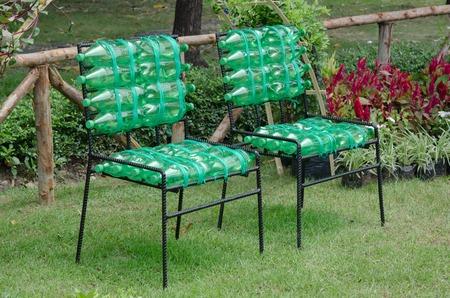 reciclar: silla de reciclado a partir de botellas de pl�stico Foto de archivo