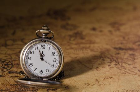 ビンテージ マップの背景にポケットまたはペンダント時計 写真素材
