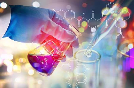 Dubbele blootstelling van wetenschapper hand houden van het laboratorium reageerbuis