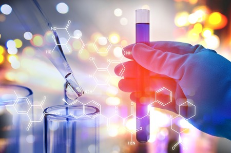 Doppelbelichtung der Wissenschaftlerhand, die Laborreagenzglas hält