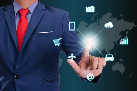ビジネスの男性物事のインターネットの概念仮想画面にタッチします。
