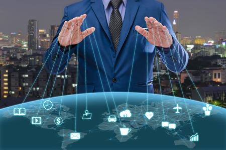 ブルー スイートのビジネスマンを制御こと概念のインターネット世界