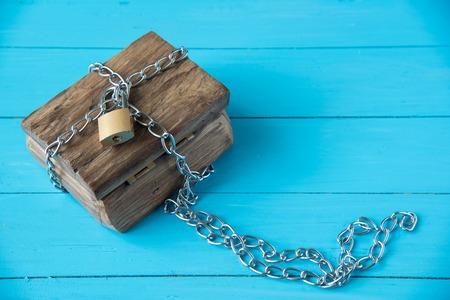 南京錠ロック ブルー ウッドの背景に木製の宝箱