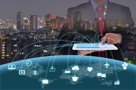 블랙 스위트 사업가는 세계 가지 개념의 인터넷 타블렛 컨트롤을 사용하여 스톡 콘텐츠